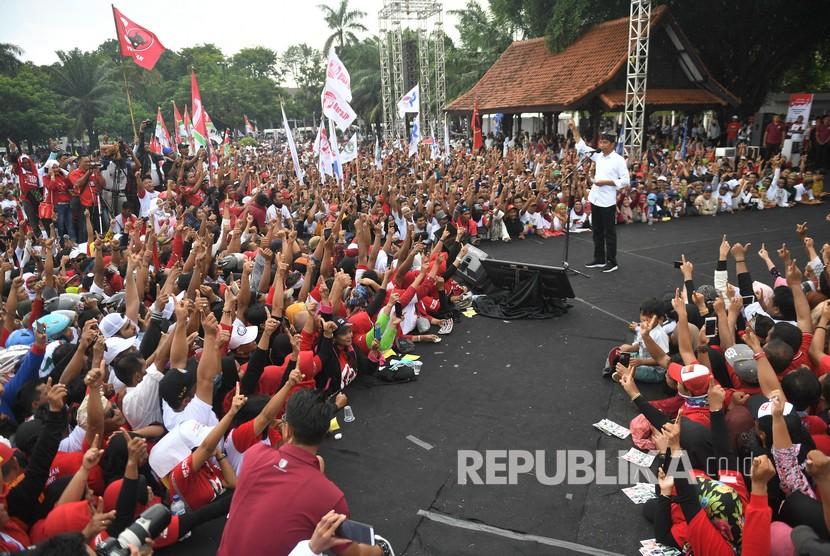 Calon Presiden petahana nomor urut 01 Joko Widodo (kanan) berpidato saat kampanye terbuka di Banyuwangi, Jawa Timur, Senin (25/3/2019).