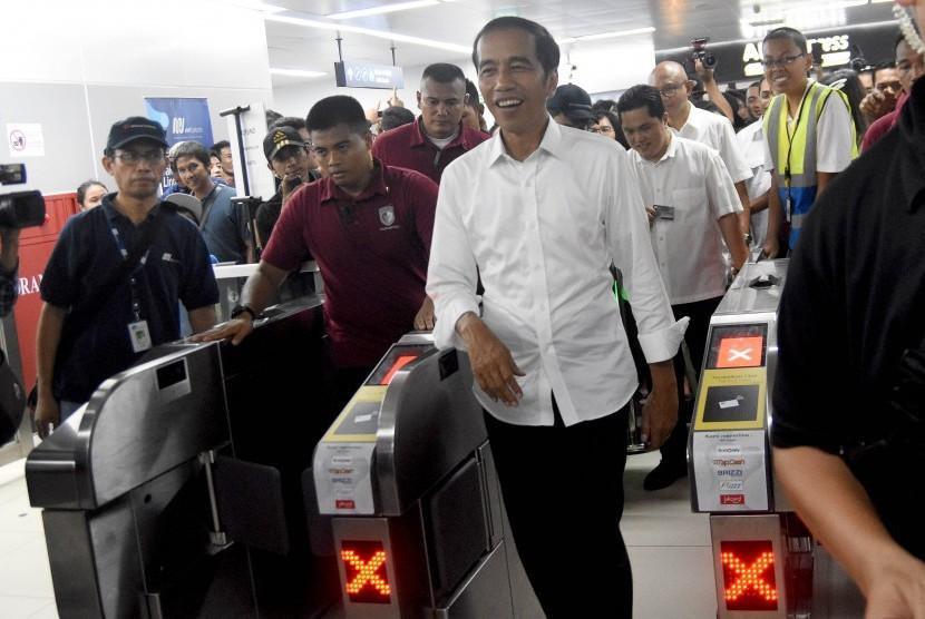 Calon Presiden petahana nomor urut 01 Joko Widodo (kanan) bersiap menaiki kereta Mass Rapid Transit (MRT) di Stasiun Bundaran Hotel Indonesia, Jakarta, Sabtu (20/4/2019).