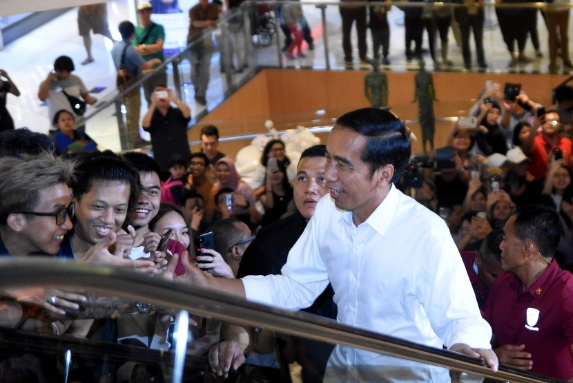 Calon Presiden petahana nomor urut 01, Joko Widodo melambaikan tangan pada pengunjung Mal Grand Indonesia, Jakarta, Sabtu (20/4/2019).