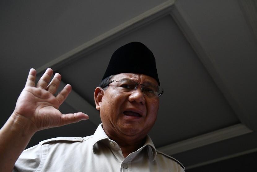 Calon Presiden Prabowo Subianto mendengarkan pertanyaan media saat memberikan keterangan pers di kediaman Prabowo, Kertanegara, Jakarta Selatan, Selasa (21/5/2019).