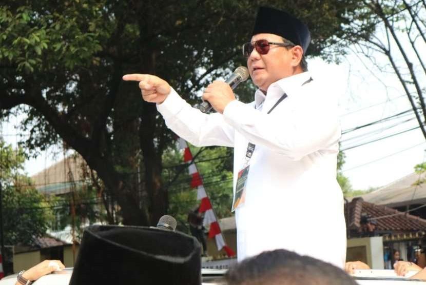 Calon Presiden Prabowo Subianto menyapa pendukungnya yang hadir di Kantor KPU, Jakarta, Jumat (10/8).
