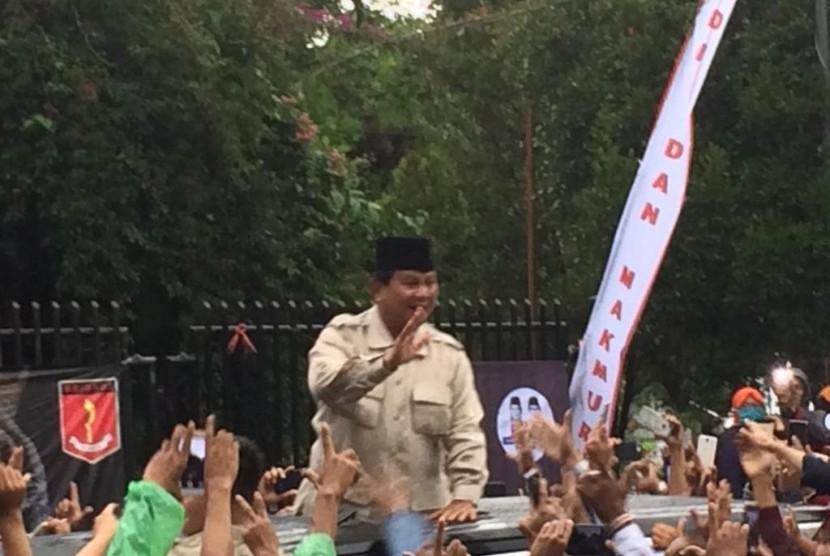Calon presiden Prabowo Subianto menyapa ribuan pendukungnya yang memadati GOR Sukapura, Kota Tasikmalaya, Sabtu (9/3).