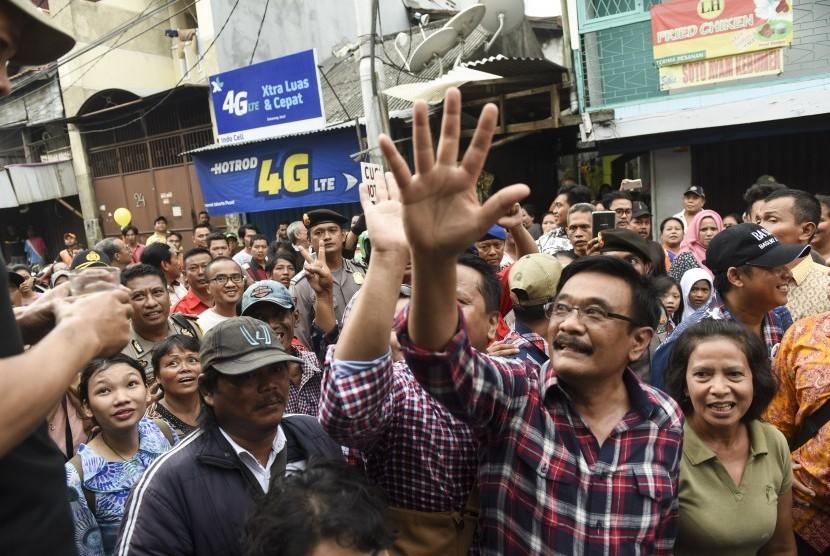 Calon Wakil Gubernur DKI Jakarta Djarot Saiful Hidayat (kedua kanan) menyapa warga saat melakukan blusukan di kawasan Karanganyar, Jakarta, Senin (14/11).