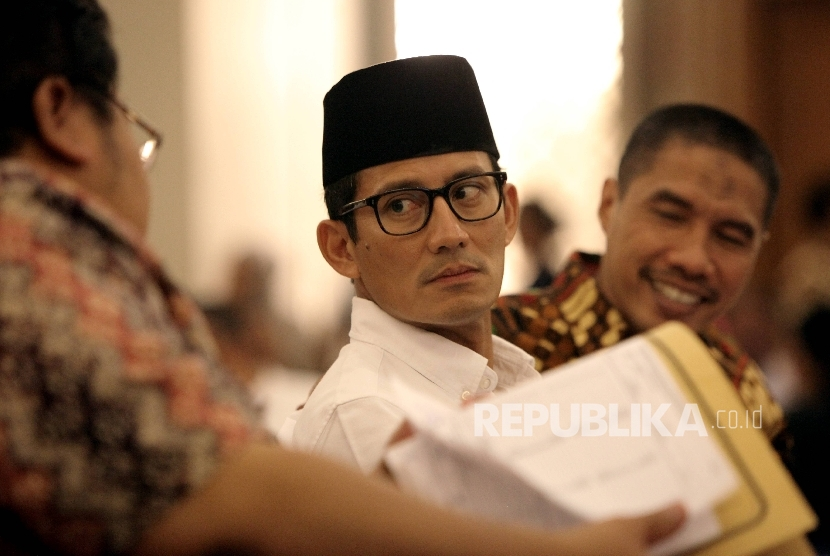 Calon wakil gubernur DKI Jakarta Sandiaga Uno (tengah) saat menghadiri rapat pleno rekapitulasi penghitungan sura tingkat provinsi Pilkada oleh KPU DKI Jakarta pada 26 Februari 2017.