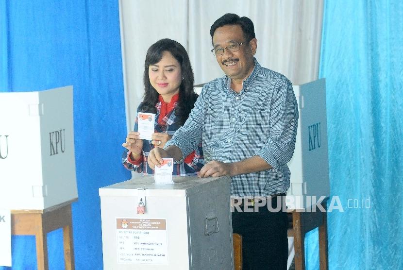 Calon Wakil Gubernur pejawat Djarot Saiful Hidayat bersama istri Happy Farida menyapa awak media saat pencoblosan Pilkada DKI di TPS 08, Kuningan Timur, Jakarta Selatan, Rabu (19/4).