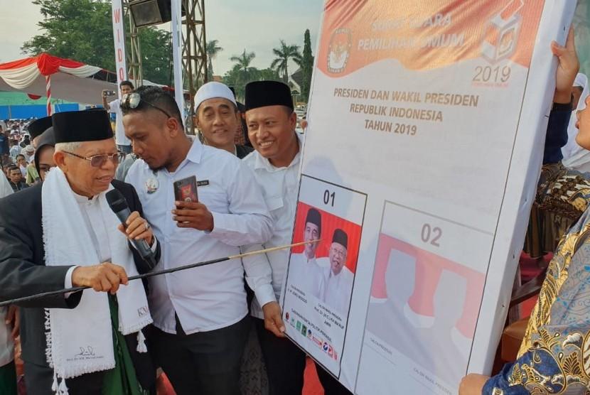 Calon Wakil Presiden (Cawapres) nomor urut 01, KH. Ma'ruf Amin menggelar simulasi pencoblosan pasangan nomor urut 01, Jokowi-Ma'ruf dalam acara kampanye terbuka di Lapangan Ahmad Yani, Sumenep, Madura, Jawa Timur, Senin (1/3) sore.
