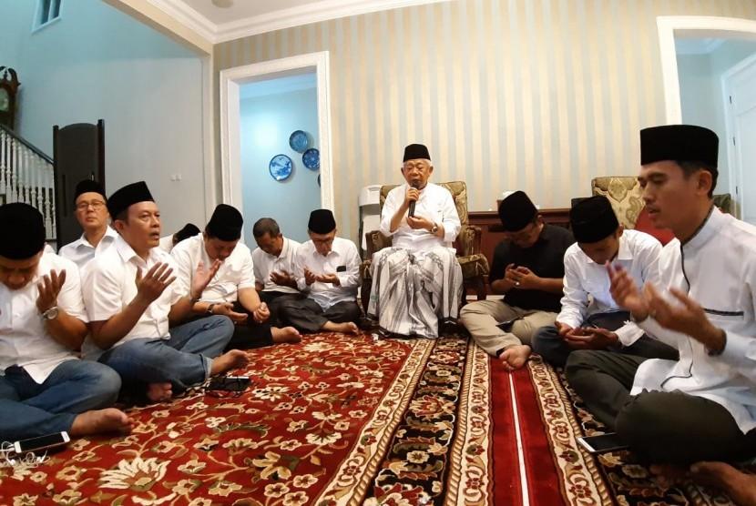 Calon Wakil Presiden (Cawapres) nomor urut 01, KH. Ma'ruf Amin menggelar pengajian bersama keluarga di kediamannya, Jalan Situbondo, Menteng Jakarta Pusat, Ahad (17/4) malam.
