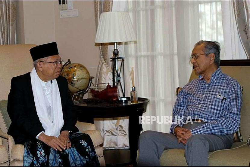 Calon Wakil Presiden KH Maruf Amin bertemu dengan Perdana Menteri Malaysia Tun Dr Mahathir Mohamad di kediamannya di Kuala Lumpur, Sabtu (8/9). Kunjungan tersebut dalam rangka silaturahmi disela-sela kegiatan Ma'ruf Amin menghadiri sejumlah acara di Kuala Lumpur.