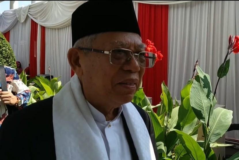Calon Wakil Presiden Ma'ruf Amin didampingi istri halal bi halal dengan Presiden Joko Widodo dan Iriana Widodo di Istana Negara, Jakarta, Rabu (5/6).