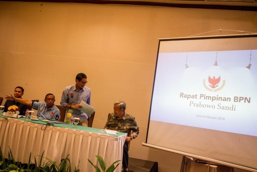 Calon Wakil Presiden no urut 02 Sandiaga Uno (kedua kanan), Ketua Badan Pemenangan Nasional Prabowo-Sandi, Djoko Santoso (kedua kiri) dan Mantan Gubernur Jawa Tengah Bibit Waluyo (kanan) mengikuti rapat konsolidasi pemenangan di Hotel Lor In Solo, Karanganyar, Jawa Tengah, Jumat (8/2/2019).