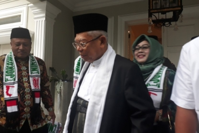 Calon Wakil Presiden nomor urut 01, KH. Ma'ruf Amin saat akan  beranglat ke Purwakarta dan Cimahi dari kedimannya di Jalan Sitobondo,  Menteng, Jakarta Pusat, Sabtu (17/2).