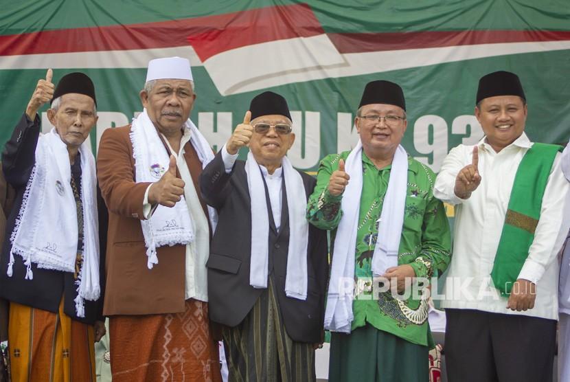 Calon Wakil Presiden nomor urut 01 Ma'aruf Amin (tengah) didampingi Wakil Gubernur Jawa Barat Uu Ruzhanul Ulum (kanan) dan para ulama berfoto bersama pada Peringatan Harlah NU ke-93 dan Milad Pondok Pesantren Al-Muhajirin Ke-26 di Pondok Pesantren Al-Muhajirin II, Ciseureuh, Purwakarta, Jawa Barat, Sabtu (16/2/2019).