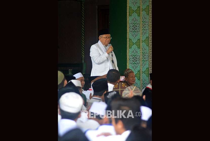 Calon wakil presiden nomor urut 01 Ma'ruf Amin memberi sambutan saat kunjungan di Pondok Pesantren Bumi Sholawat, Wonoayu, Sidoarjo, Jawa Timur, Sabtu (29/9).