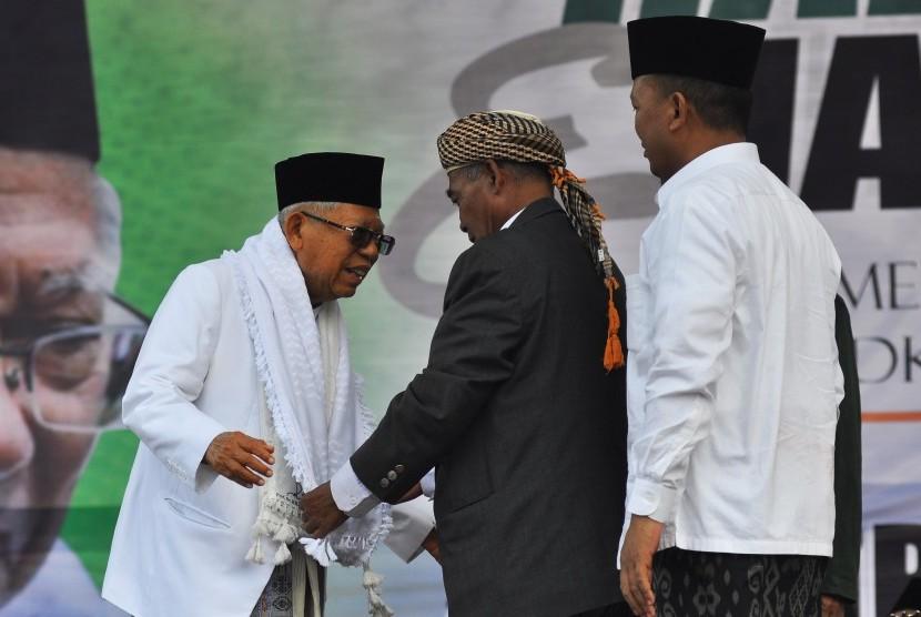 Calon Wakil Presiden nomor urut 01 Ma'ruf Amin menerima sorban kehormatan saat menghadiri Harlah NU ke-96 di alun-alun kota Wonosobo, Jawa Tengah, Rabu (27/3/2019).