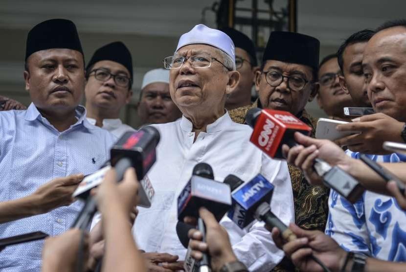 Calon Wakil Presiden nomor urut 01 Ma'ruf Amin (tengah) memberikan keterangan pers usai melakukan pertemuan tertutup dengan habib muda di kediamanya, di kawasan Menteng, Jakarta, Senin (24/9).