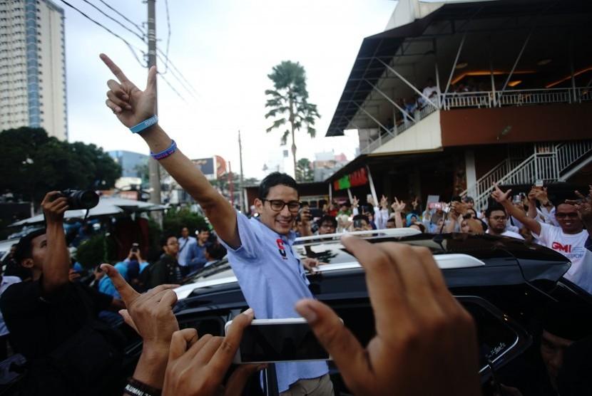 Calon Wakil Presiden nomor urut 02 Sandiaga Salahuddin Uno menyapa para milineal usai hadir dalam acara dialog dengan milneal Depok, di Margonda, Depok, Jawa Barat, Senin (7/1/19).