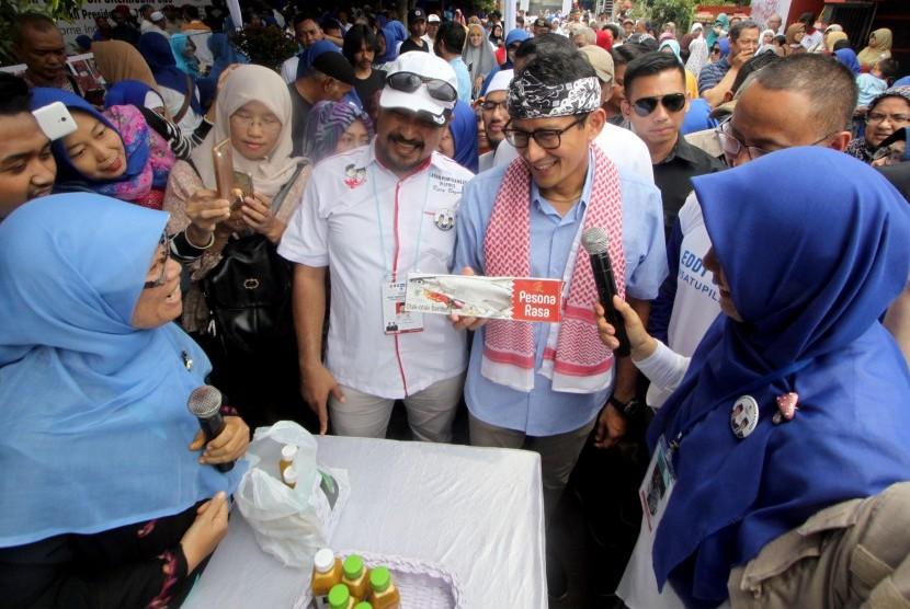 Calon Wakil Presiden nomor urut 02 Sandiaga Salahudin Uno (ketiga kanan) berbincang dengan pelaku Usaha Mikro, Kecil, dan Menengah (UMKM) di Kota Bogor, Jawa Barat, Kamis (8/11/2018).