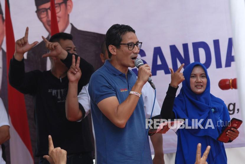 Calon Wakil Presiden nomor urut 02 Sandiaga Salahudin Uno bernyanyi bersama warga saat meresmikan Roemah Djoeang di Borobudur, Magelang, Jawa Tengah, Ahad (18/11/2018).