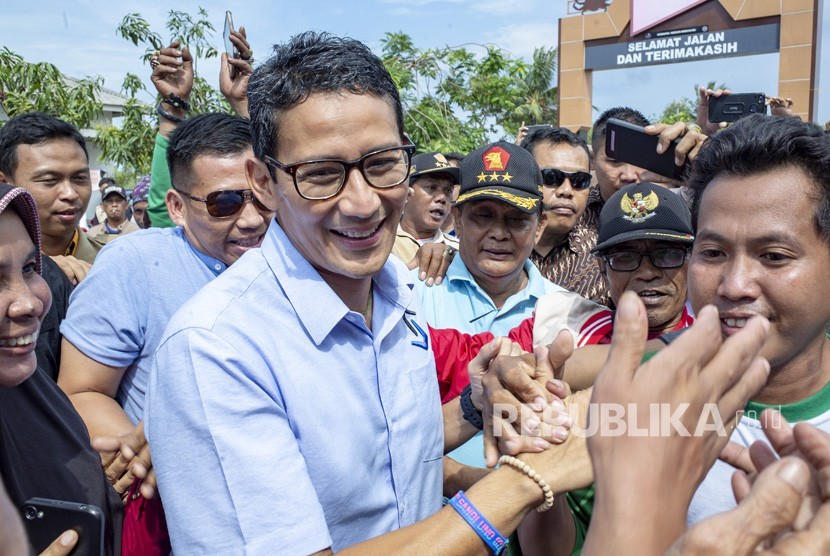 Vice presidential candidate number 02 Sandiaga Salahudin Uno (center)