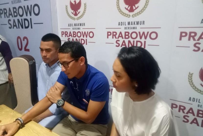 Calon wakil presiden nomor urut 02, Sandiaga Solahuddin Uno saat menjawan pertanyaan dari awak media di Media Center Prabowo-Sandi, di Jakarta Selatan, Kamis (18/10).
