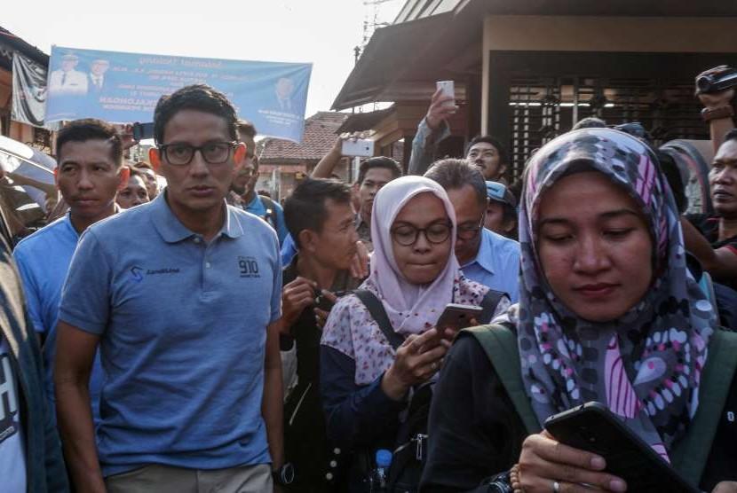 Calon Wakil Presiden nomor urut 02 Sandiaga Uno (kedua kiri) mengunjungi kampung batik di salah satu sentra batik Pesindon, Pekalongan, Jawa Tengah, Selasa (25/9).