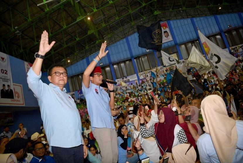 Calon Wakil Presiden nomor urut 02 Sandiaga Uno (kedua kiri) didampingi Ketua DPD Gerindra DKI Jakarta M Taufik (kiri) menyapa pendukungnya saat kampanye terbuka di Gelanggang Remaja Jakarta Utara, Tanjung Priok, Jakarta Utara, Senin (25/3/2019).