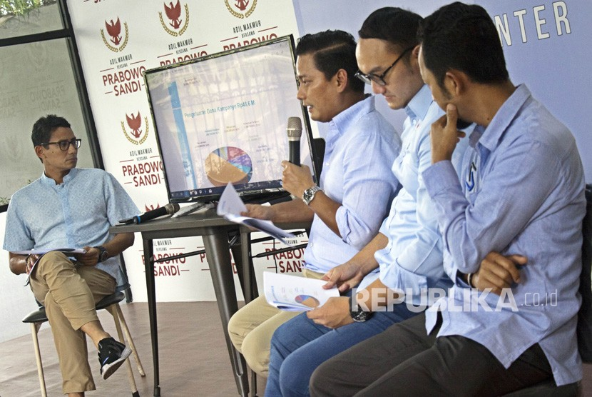 Calon Wakil Presiden nomor urut 02 Sandiaga Uno (kiri) mendengarkan Bendahara BPN Prabowo-Sandi Thomas Djiwandono (kedua kiri), Wakil Bendaraha BPN Prabowo-Sandi Dimas (kedua kanan) dan Tim Auditor BPN Prabowo-Sandi Heru (kanan) menyampaikan presentasi laporan dana kampanye di media center pemenangan Prabowo-Sandi di Jalan Sriwijaya, Jakarta, Senin (31/12/2018).