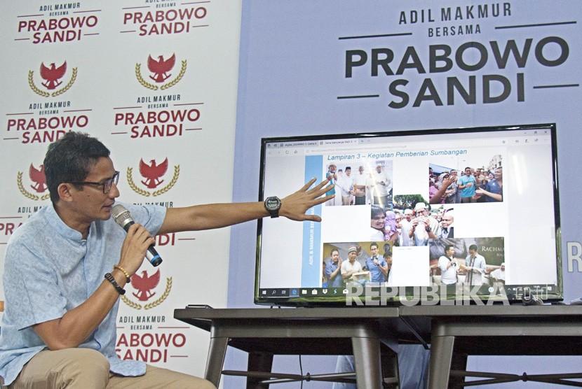 Calon Wakil Presiden nomor urut 02 Sandiaga Uno menyampaikan presentasi laporan dana kampanye di media center pemenangan Prabowo-Sandi di Jalan Sriwijaya, Jakarta, Senin (31/12/2018).