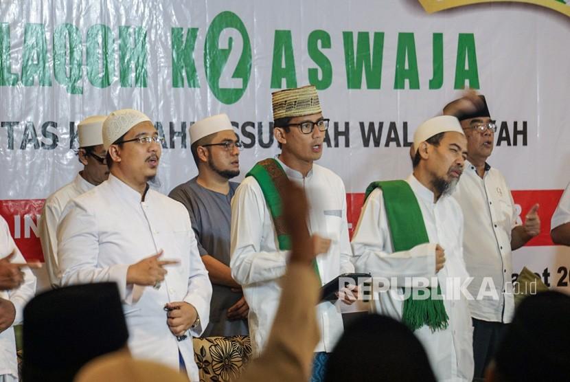 Calon Wakil Presiden Nomor urut 02 Sandiaga Uno (tengah) berdialog dengan ulama saat menghadiri silaturahmi dengan Komunitas Kyai Ahlussunnah Wal Jama'ah di Pekalongan, Jawa Tengah, Kamis (14/2/2019).