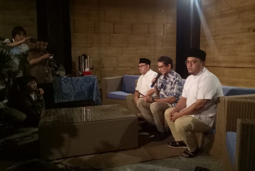 Calon wakil presiden nomor urut 02, Sandiaga Uno (tengah)melakukan jumpa pers, didampingi dua anggota Badan Pemenangan Nasional (BPN) Prabowo-Sandiaga, di Jalan Pulombangkeng nomor 5, Jakarta Selatan, Jumat (14/6).