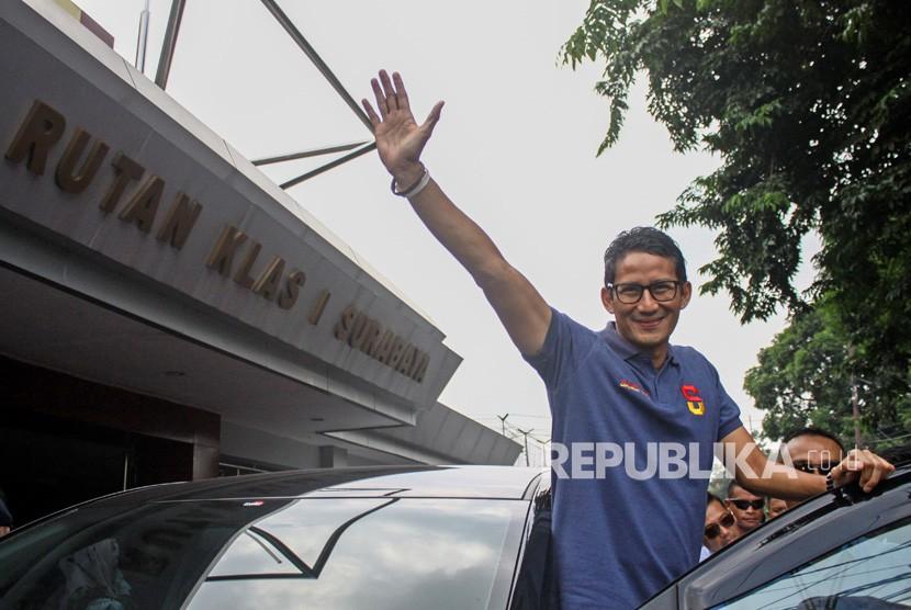 Calon Wakil Presiden Nomor urut 02 Sandiaga Uno usai menjenguk Ahmad Dhani di Rutan Kelas I Surabaya di Medaeng, Sidoarjo, Jawa Timur, Sabtu (16/2/2019).