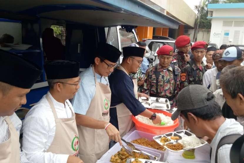 Calon Wakil Presiden Sandiaga Solahudin Uno menjadi pelayan sementara di Waroeng Makan Dhuafa Pemuda Muhammadiyah untuk melayani makan siang jamaah Shalat Jumat di Kantor Pusat Dakwah Muhammadiyah, Jumat (14/9).
