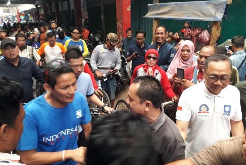 Calon Wakil Presiden Sandiaga Uno bersama Ketua Umum PAN Zulkifli Hasan bersepeda sehat keliling Kota Purwokerto, Selasa (25/9). Dalam kegiatan tersebut, Sandi sempat mengunjungi pedagang pasar di Pasar Wage.