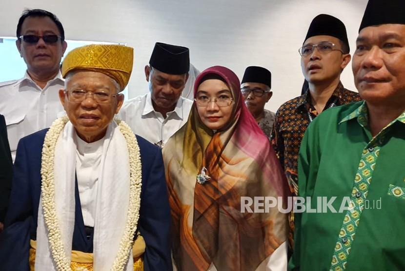 Calon Wakil Presiden (Wapres) nomor urut 01, KH. Ma'ruf  Amin bersama Istrinya, Wury Estu Handayani saat disambut para tokoh  Sumatera Utara di Bandara Kualanamu Deli Serdang, Sabtu (9/3).