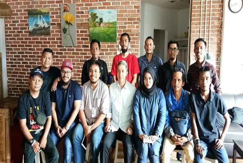 Calon Wakil Walikota Bogor Dedie Rachim (tengah) bersama anak muda kota Bogor, Kamis (22/2)