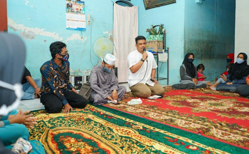 Calon Wali Kota Medan, Bobby Nasution (tengah) mendengarkan keluhan warga