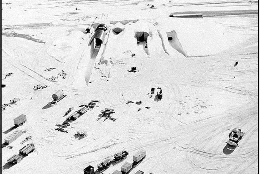 Camp Century yang merupakan pangkalan teknik Militer Amerika Serikat (AS). Pangkalan ini dibangun di atas lapisan es Greenland pada 1959.