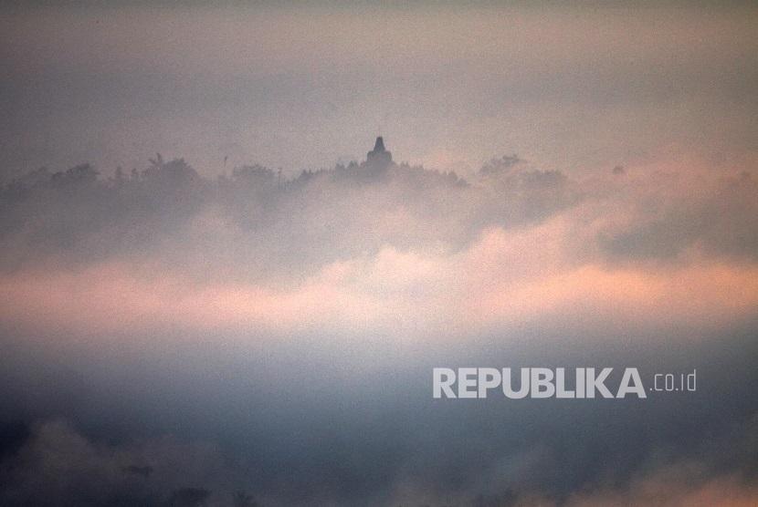 Candi Borobudur dengan puncak stupanya di tengah kabut pagi difoto dari Puntuk Situmbu, Dusun Kurahan, Desa Karang Rejo, Kecamatan Borobudur, Magelang, Jawa Tengah.
