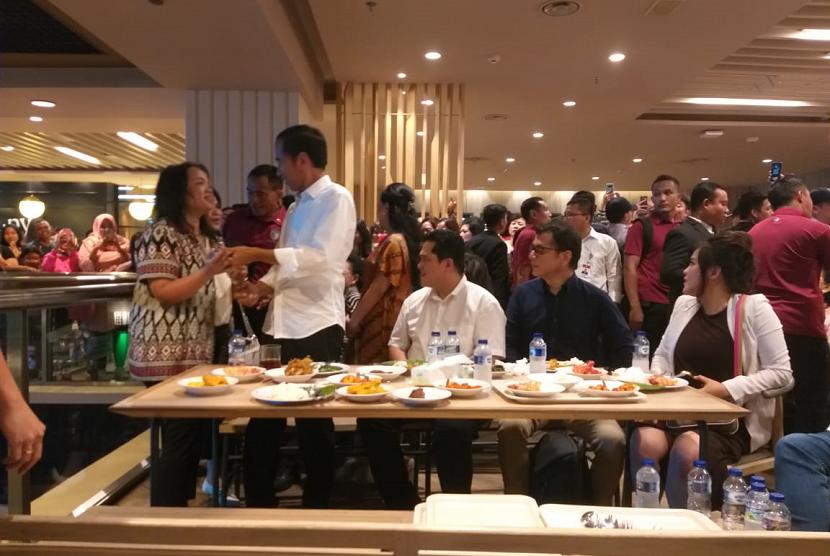Capres 01 Jokowi bersantap siang bersama Ketua TKN Erick Thohir di Grand Indonesia, Sabtu (20/4).