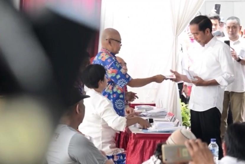 Capres 02 Jokowi sesaat menggunakan hak suaranya di TPS 008, Gedung Lembaga Administrasi Negara (LAN), Rabu (17/4)