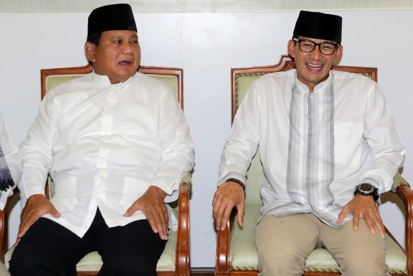 Capres cawapres no urut 02 Prabowo Subianto (kiri) dan Sandiaga Salahudin Uno berbincang sebelum melaksanakan ibadah salat jumat pada kunjungannya ke Aceh di Masjid Raya Baiturrahman, Banda Aceh, Aceh, Jumat (3/5/2019).