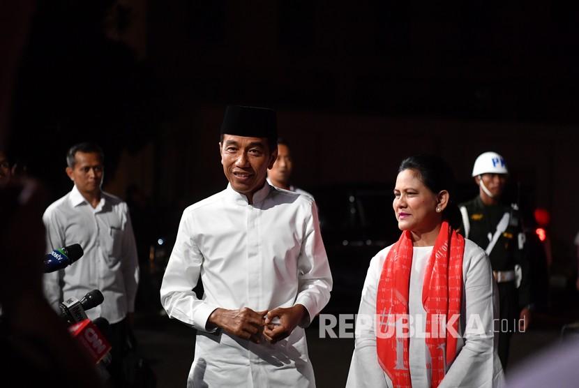 Capres nomor urut 01 Joko Widodo bersama istri Iriana Joko Widodo tiba di lokasi untuk mengikuti debat Pilpres putaran kelima, di Hotel Sultan, Jakarta, Sabtu (13/4/2019).
