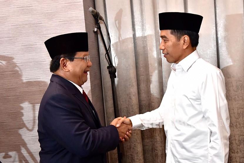 Capres nomor urut 01 Joko Widodo (kanan) bersalaman dengan capres no urut 02 Prabowo Subianto sebelum mengikuti Debat Pertama Capres & Cawapres 2019, di Hotel Bidakara, Jakarta, Kamis (17/1/2019).