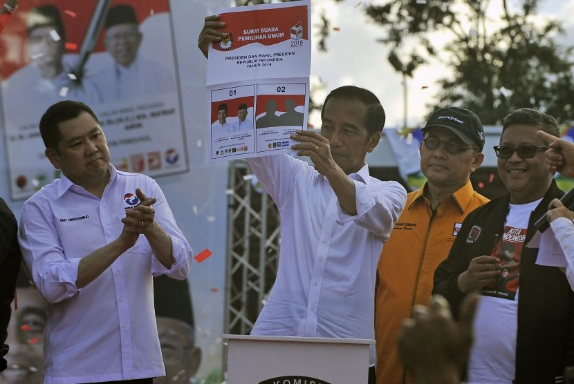 Capres nomor urut 01 Joko Widodo (kedua kiri) didampingi Ketua Umum Partai Perindo Hary Tanoesoedibjo (kiri), Bendahara Partai Hanura Zulnahar Usman (kedua kanan) dan Sekjen PDIP Hasto Kristiyanto (kanan) memperlihatkan contoh surat suara Pilpres 2019 saat Kampanye Terbuka di Stadion Maulana Yusuf, Ciceri, Serang, Banten, Ahad (24/3/2019).
