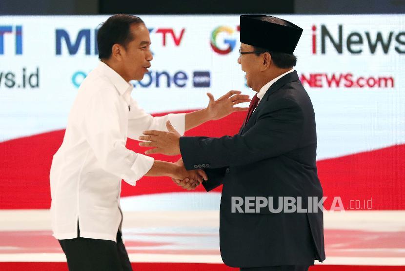 Capres nomor urut 01 Joko Widodo (kiri) berjabat tangan dengan Capres nomor urut 02 Prabowo Subianto (kanan).