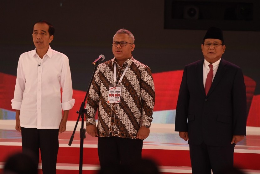 Capres nomor urut 01 Joko Widodo (kiri), Capres nomor urut 02 Prabowo Subianto (kanan) dan Ketua KPU Arief Budiman (tengah) menyanyikan Indonesia Raya saat sebelum memulai debat capres 2019 putaran kedua di Hotel Sultan, Jakarta, Ahad (17/2/2019).