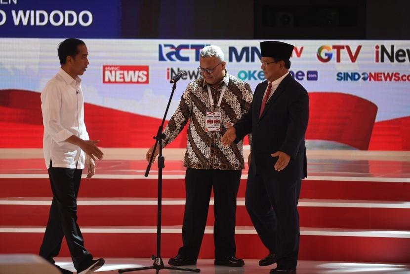 Capres nomor urut 01 Joko Widodo (kiri) dan Capres nomor urut 02 Prabowo Subianto (kanan) disaksikan Ketua KPU Arief Budiman (tengah) bersiap mengikuti debat capres 2019 putaran kedua di Hotel Sultan, Jakarta, Ahad (17/2/2019).