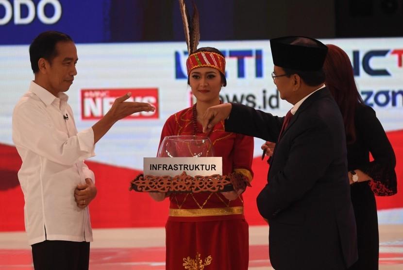 Capres nomor urut 01 Joko Widodo (kiri) dan Capres nomor urut 02 Prabowo Subianto (kanan) mengikuti debat capres 2019 putaran kedua di Hotel Sultan, Jakarta, Ahad (17/2/2019).