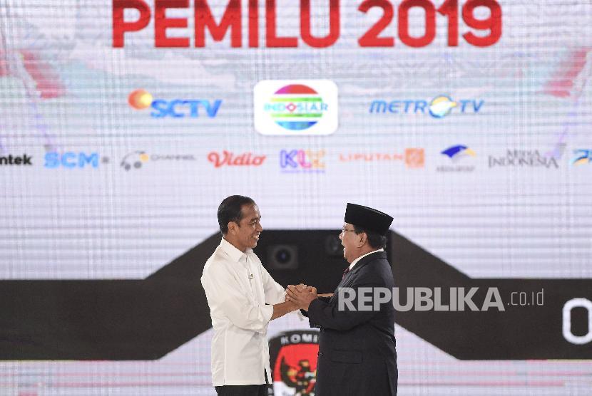 Capres nomor urut 01 Joko Widodo (kiri) dan capres nomor urut 02 Prabowo Subianto berjabat tangan saat mengikuti debat capres putaran keempat di Hotel Shangri La, Jakarta
