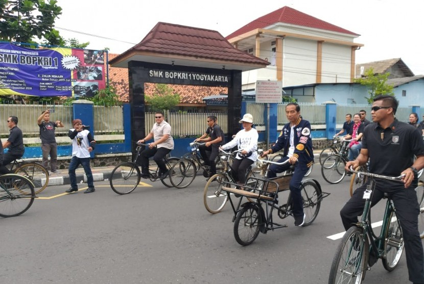 Capres nomor urut 01 Joko Widodo mengayuh sepeda dari bulevar UGM menuju lokasi deklarasi pendukungnya di Yogyakarta, Sabtu.